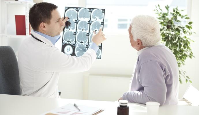 Médico orientando paciente: assunto AVC ganhou notoriedade nos últimos dias. Veja quais as causas (Foto: Getty Images)